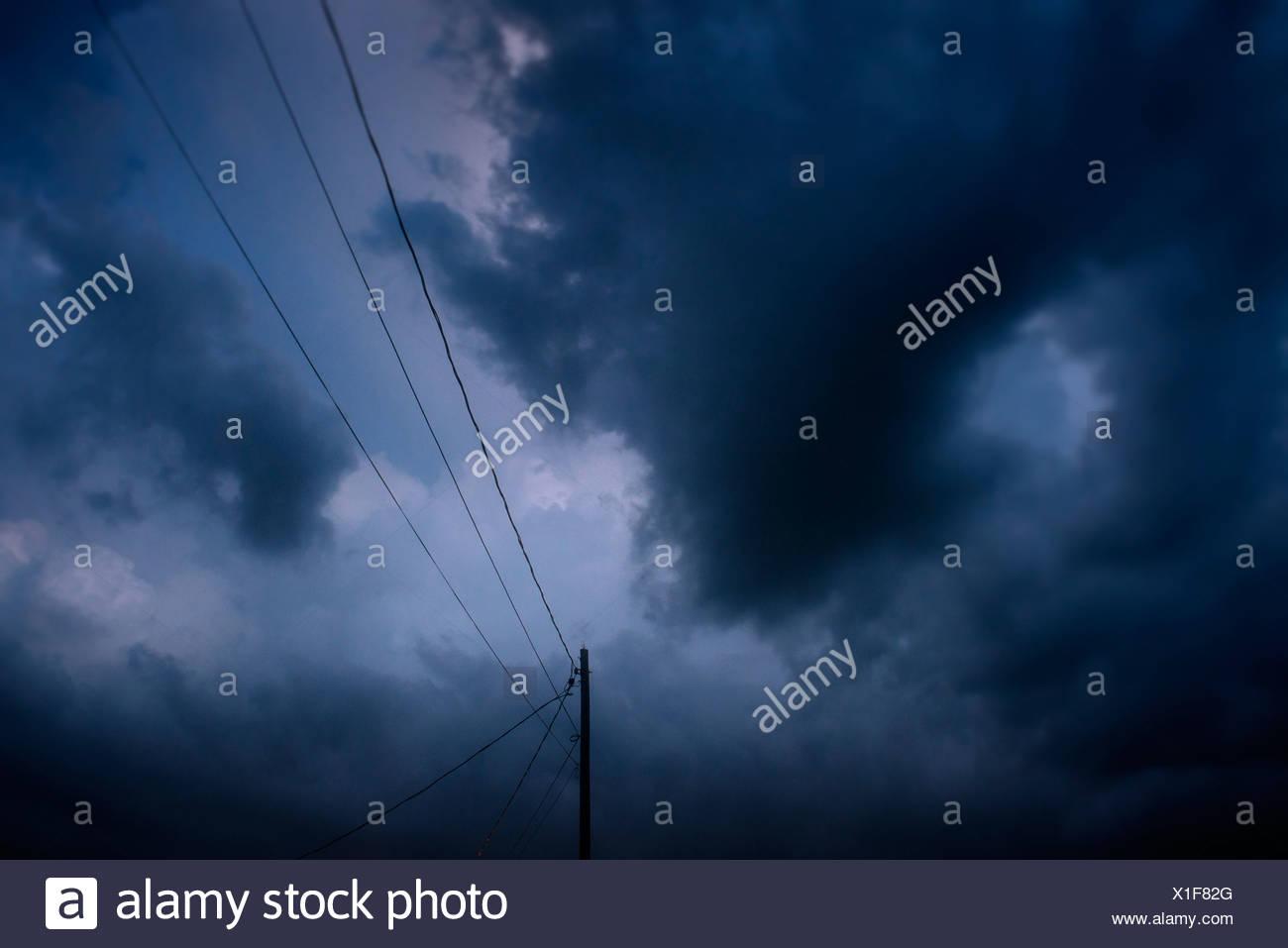 Ausstehende Sturm und Powerline. Stockbild