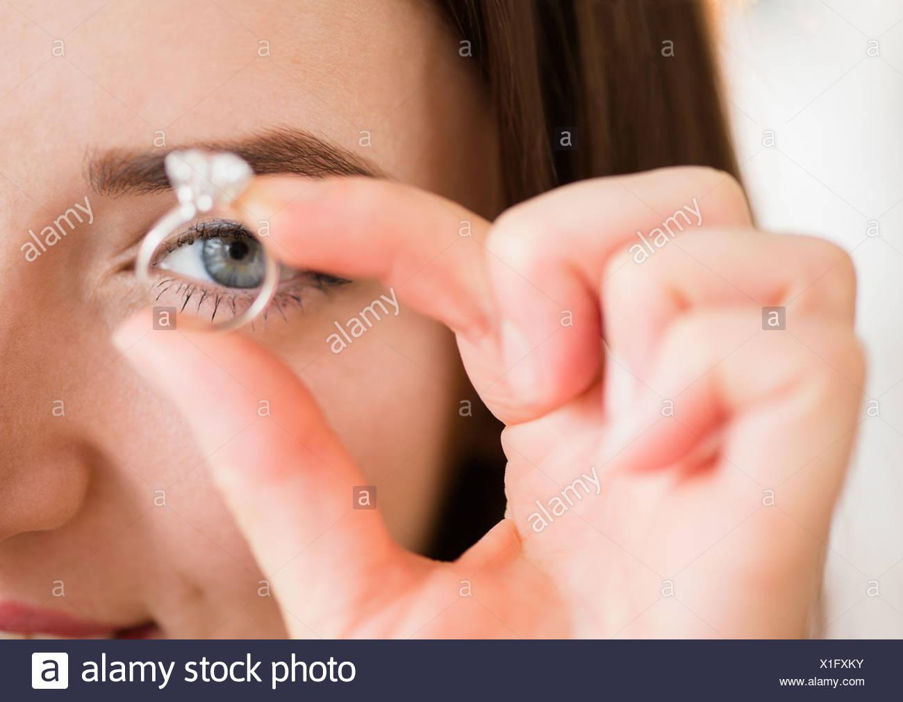Junge Frau Holding Verlobungsring Stockfoto Bild 276330767 Alamy