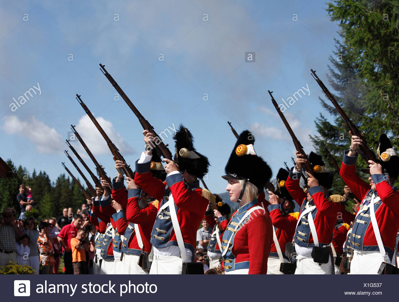Schützen von St. Michael schießen, bei der Samson-Parade am Mt Katschberg, Lungau, Salzburg, Salzburg, Österreich, Europa Stockbild