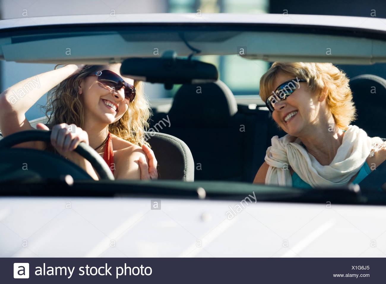 Mutter und Erwachsene Tochter, zusammen im Auto Stockbild
