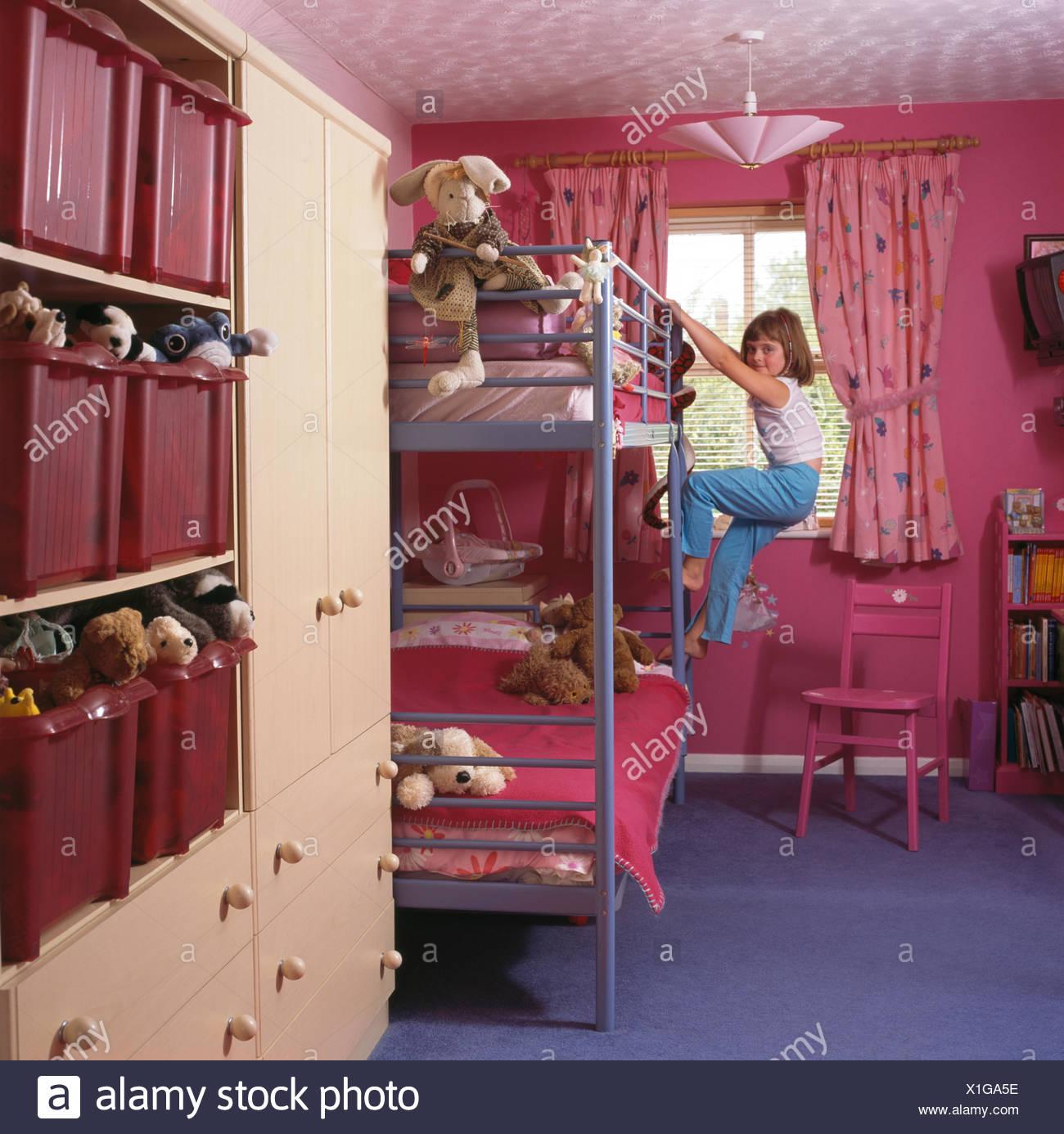 kleine mädchen klettern auf etagenbett im kinderzimmer rosa
