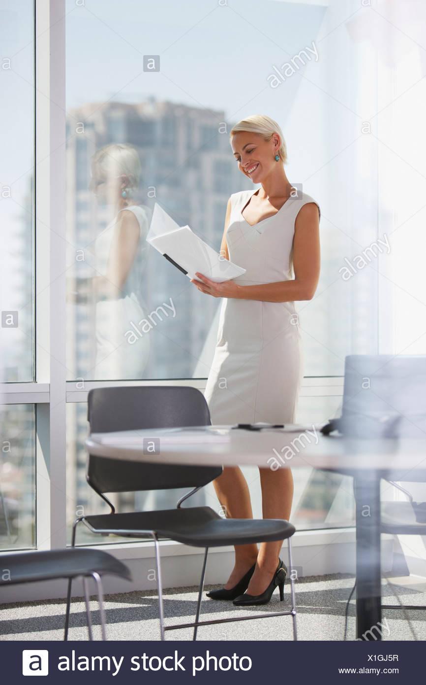 30-34 Jahre, Ehrgeiz, Binder, Business, Business-Kleidung, Geschäftsfrau, Kalifornien, kaukasischen, Stuhl, Überprüfung, Farbbild, Konferenz Stockbild