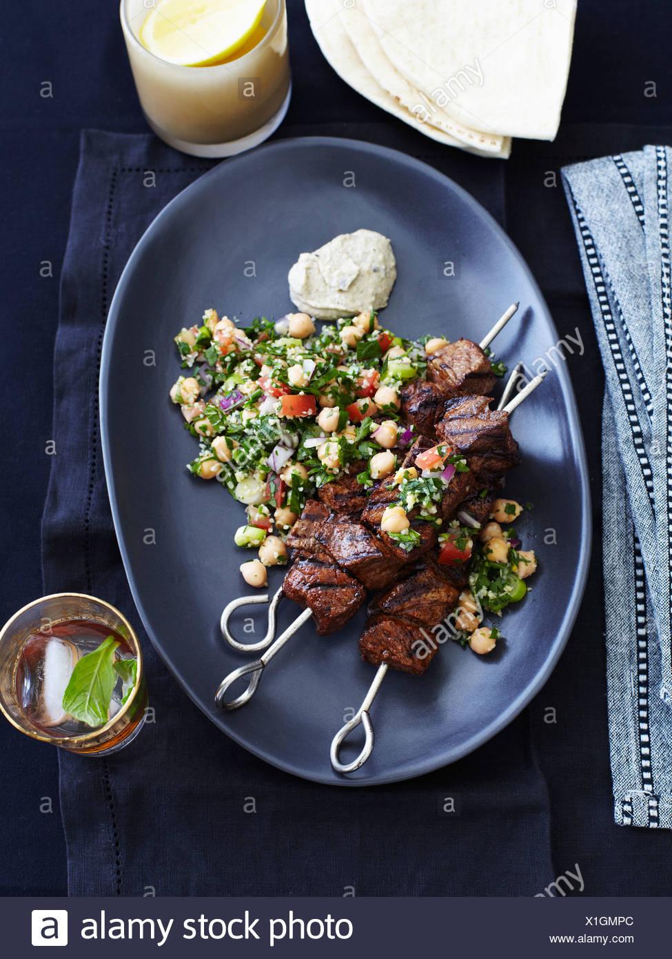 Teller mit Lamm-Spieße und Taboulé Stockbild