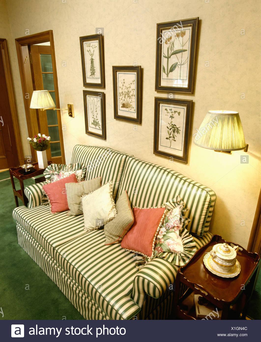 Grün-weiß gestreiften Sofa mit roten und grünen Kissen unter ...