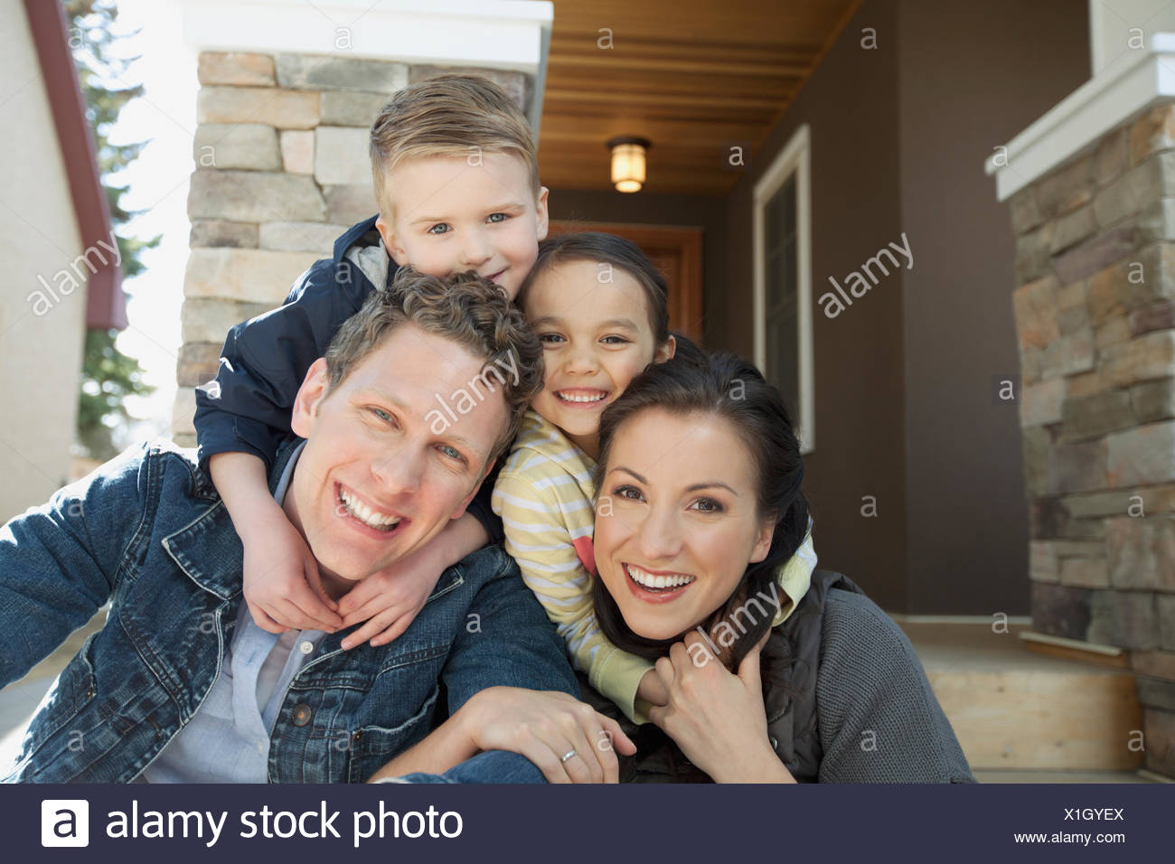 Porträt der jungen Familie vor Residenz Stockbild