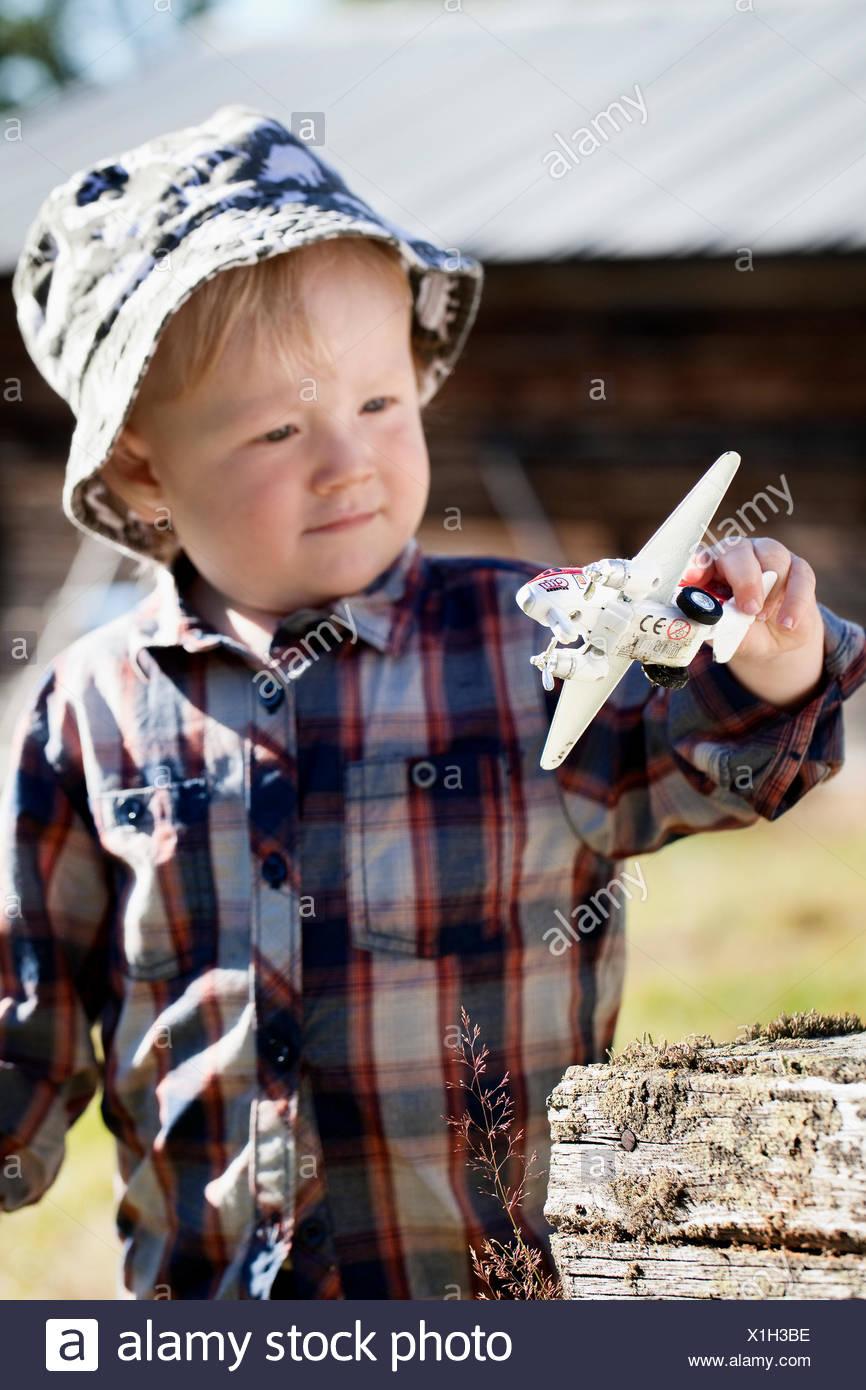 Schweden, Harjedalen, Ytterberg, Boy (2-3) spielen mit Spielzeugflugzeug Stockbild