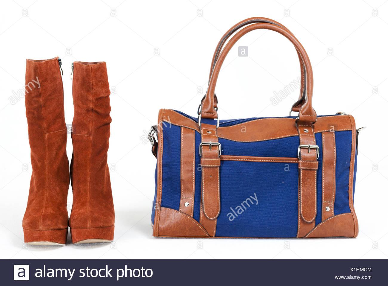 d0eec2e727 Modische Plattform braune Schuhe mit einer Jeans Handtasche ...