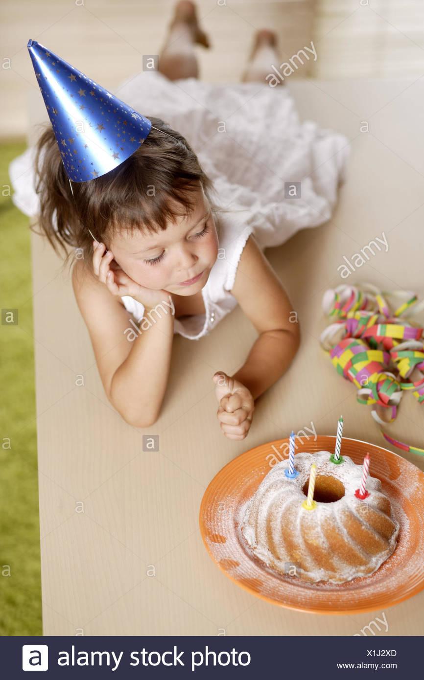 Kind Madchen Betreuung Geburtstagstorte Tisch Liegen Zu Feiern