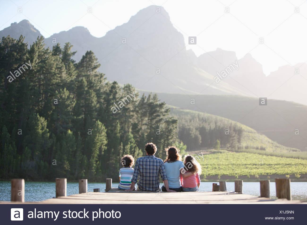 Dock-Familie sitzt am See Stockbild