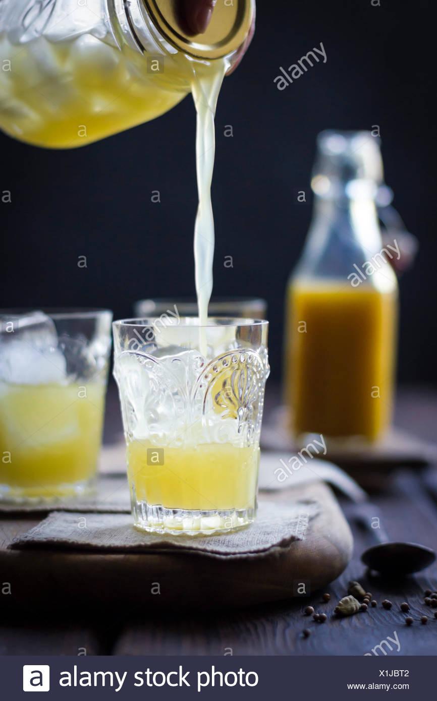 Ein Mumbai Maultier cocktail in ein Glas auf einem hölzernen Hintergrund. Stockbild