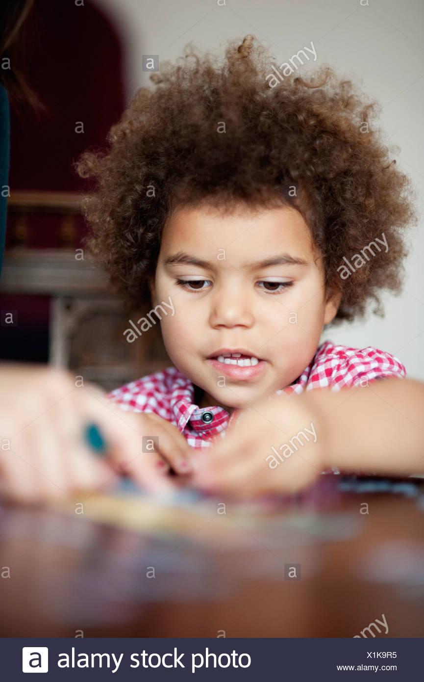 Vorschulkind Mädchen ausfüllen puzzle Stockbild