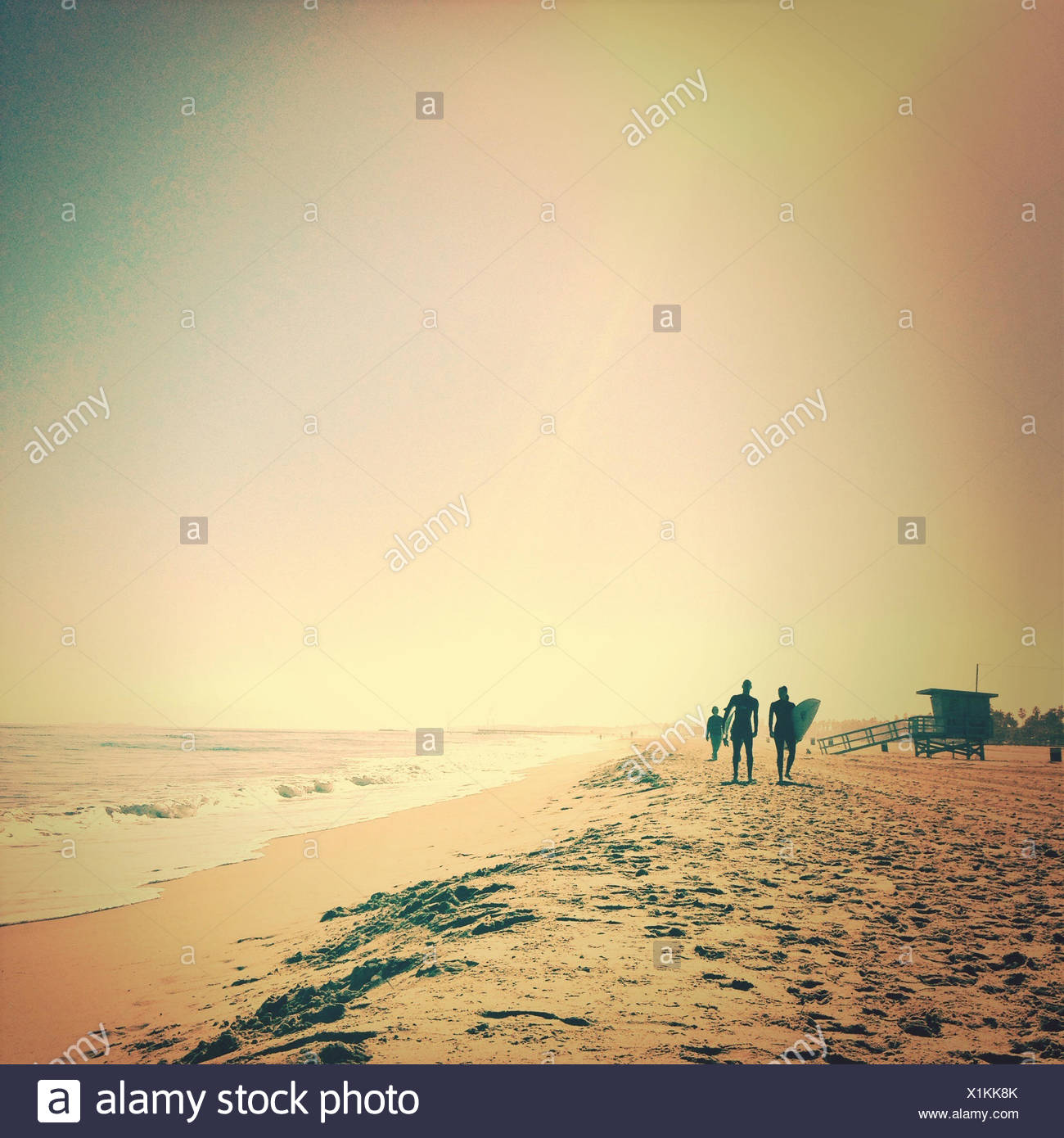 Silhouette der Surfer Strand entlang spazieren Stockbild