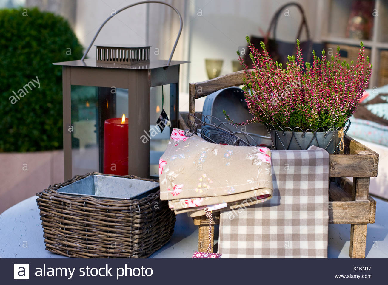 Dekoration Mit Blumentopfen Und Eine Laterne Auf Einem Gartentisch