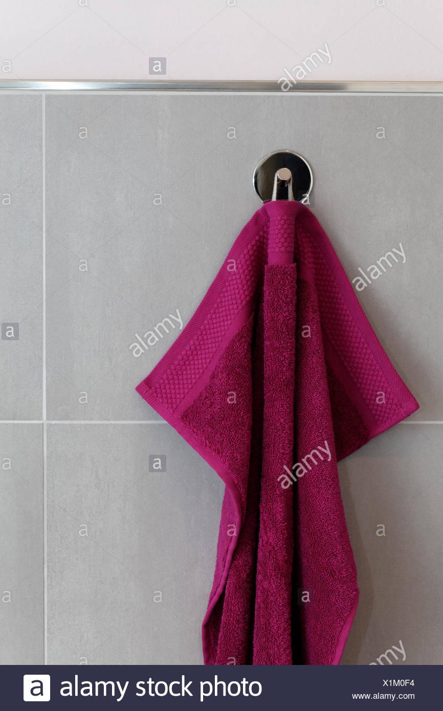 Berry farbigen Handtuch aufhängen an einem Haken, Fliesenwand, Bad ...