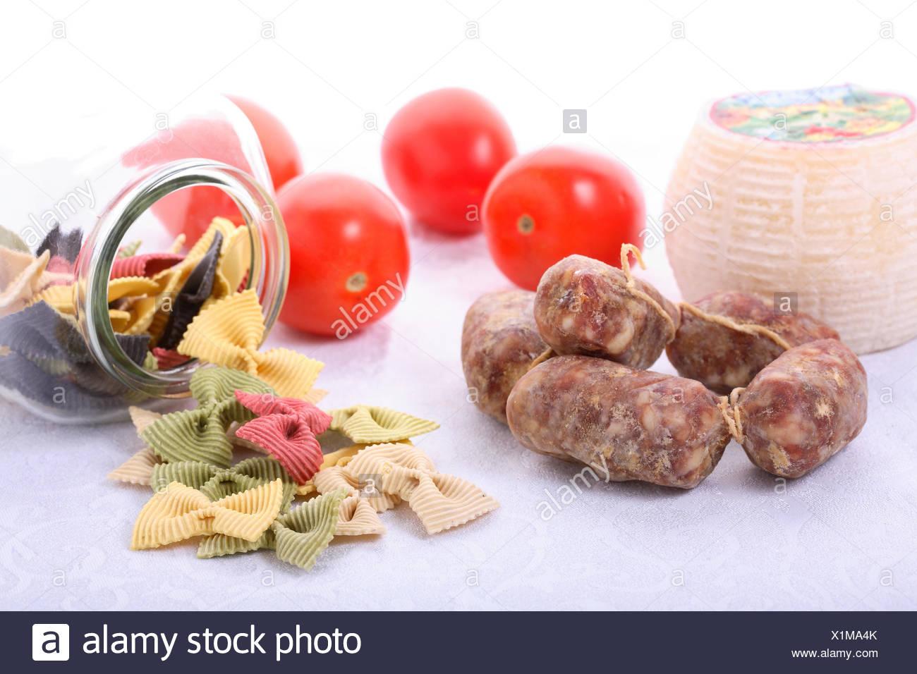 italienische Spezialitäten, Salami, Tomaten und farfalle Stockbild