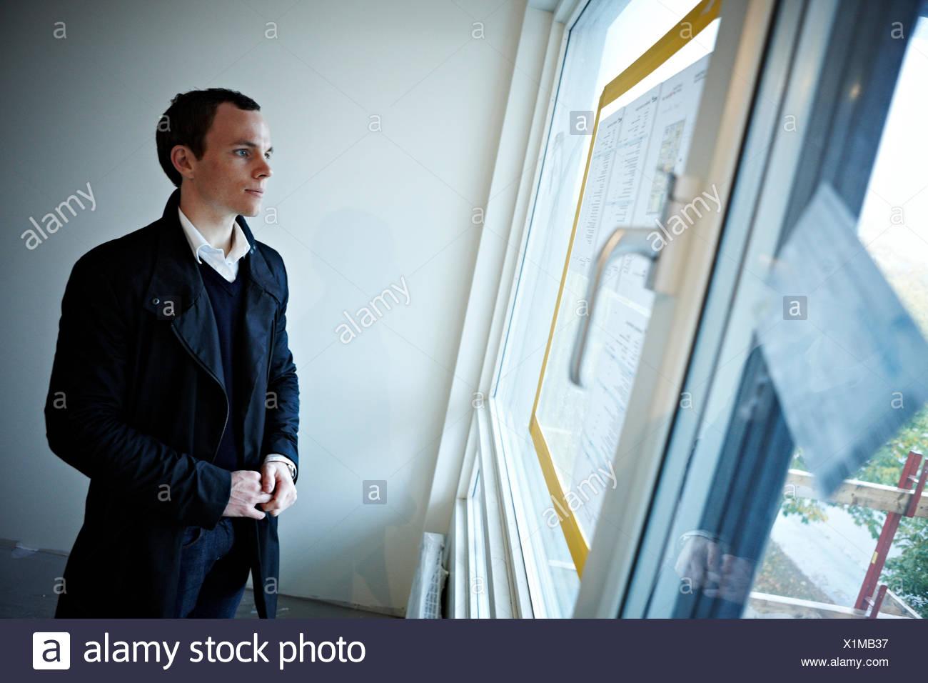 Mann in einer neu gebauten Wohnung, Schweden. Stockbild