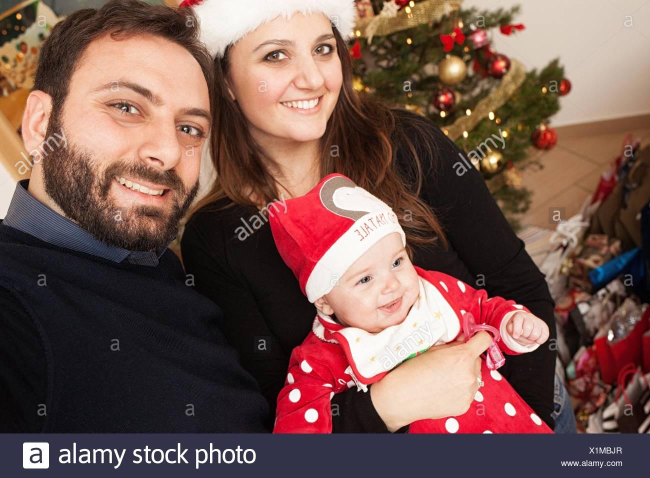 Selfie neugeborenes Mädchen mit Weihnachten Anzug und seine Mama und Papa. Stockbild