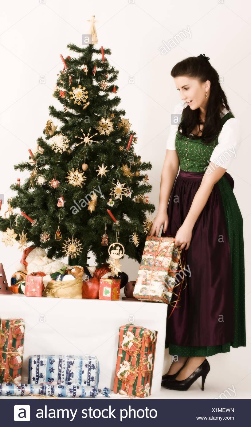 Bayerische Mädchen mit Weihnachtsgeschenk Stockfoto, Bild: 276431281 ...