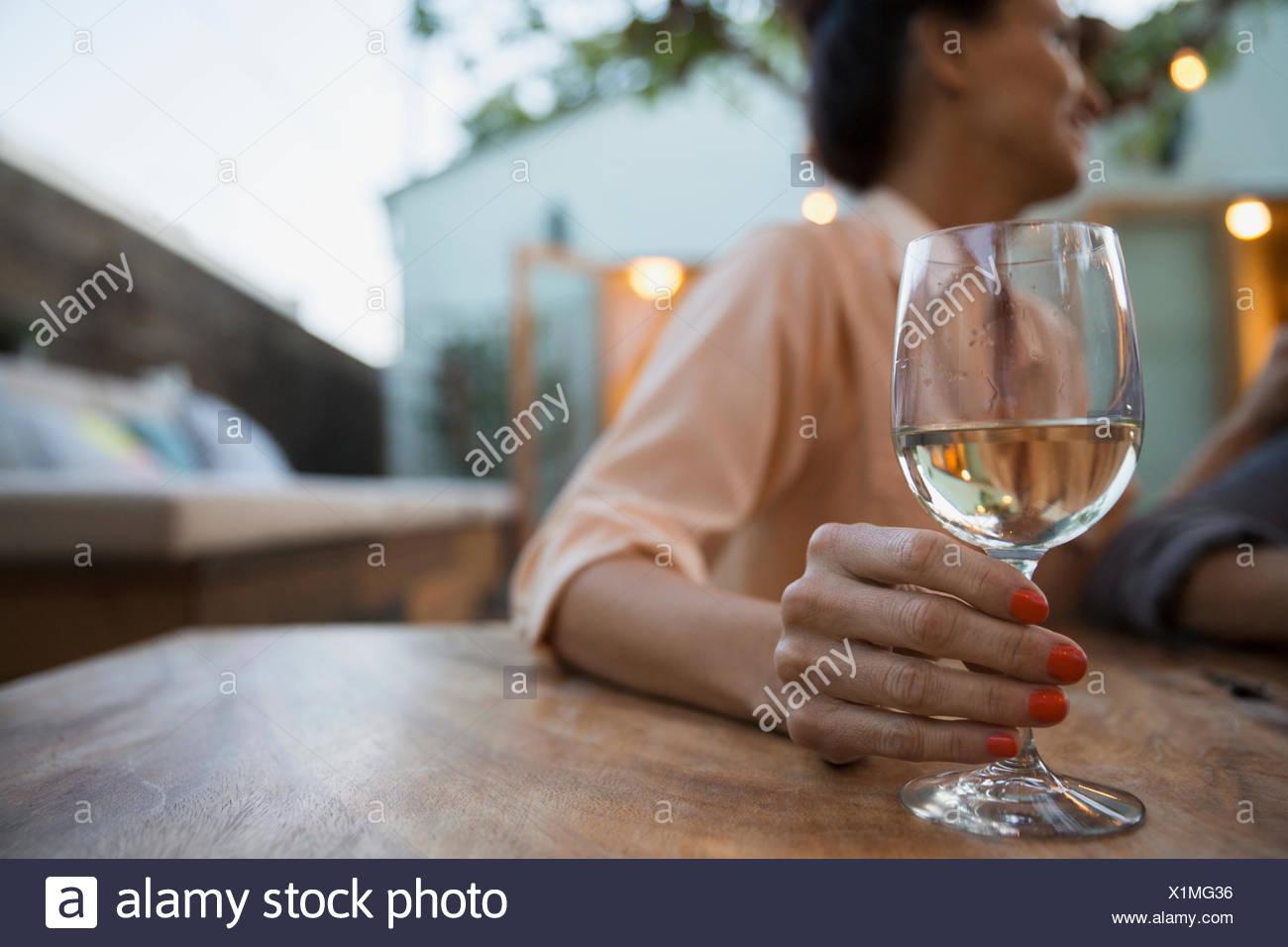 Frau trinkt Weißwein auf Terrasse Stockbild