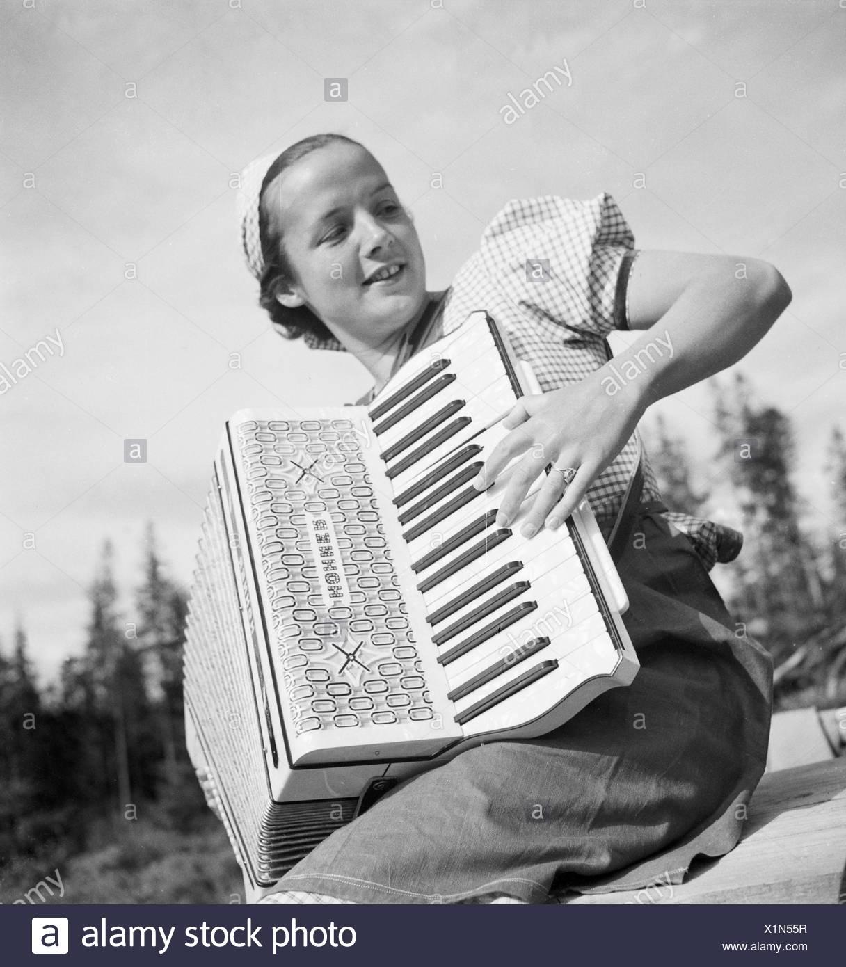 Eine Junge Frau Mit Einem Akkordeon, 1930er Jahre Deutschland. Eine junge Frau spielt Akkordeon, Deutschland der 1930er Jahre. Stockbild