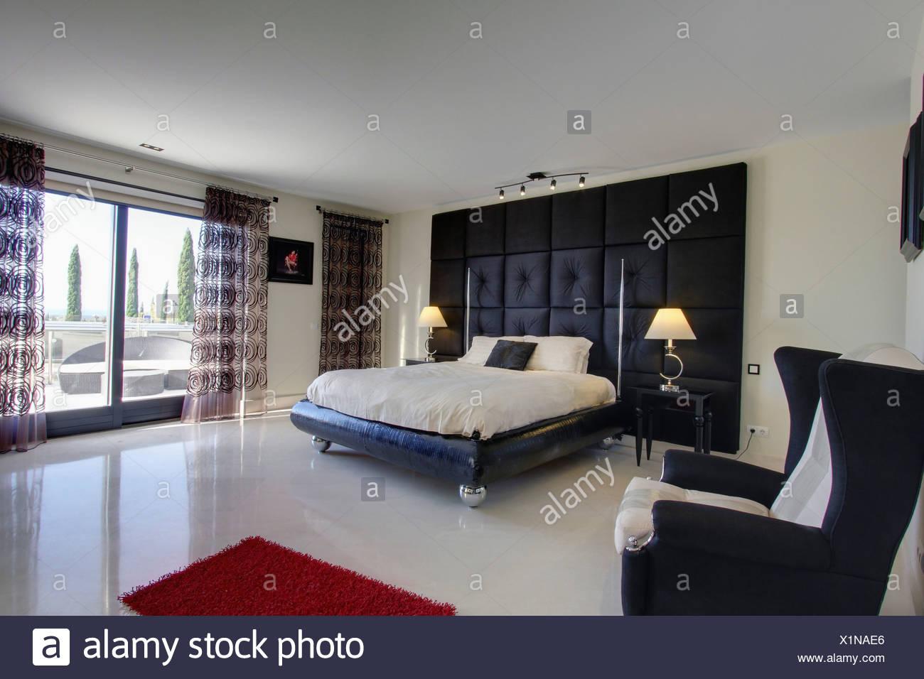 Schwarze gepolsterte falsche Wand hinter Bett auf Rollen in ...