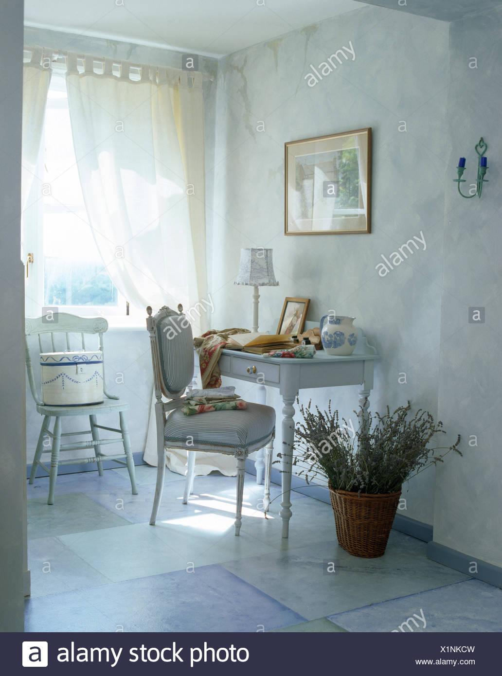 Korb mit getrocknetem Lavendel neben kleinen gemalten Tisch ...