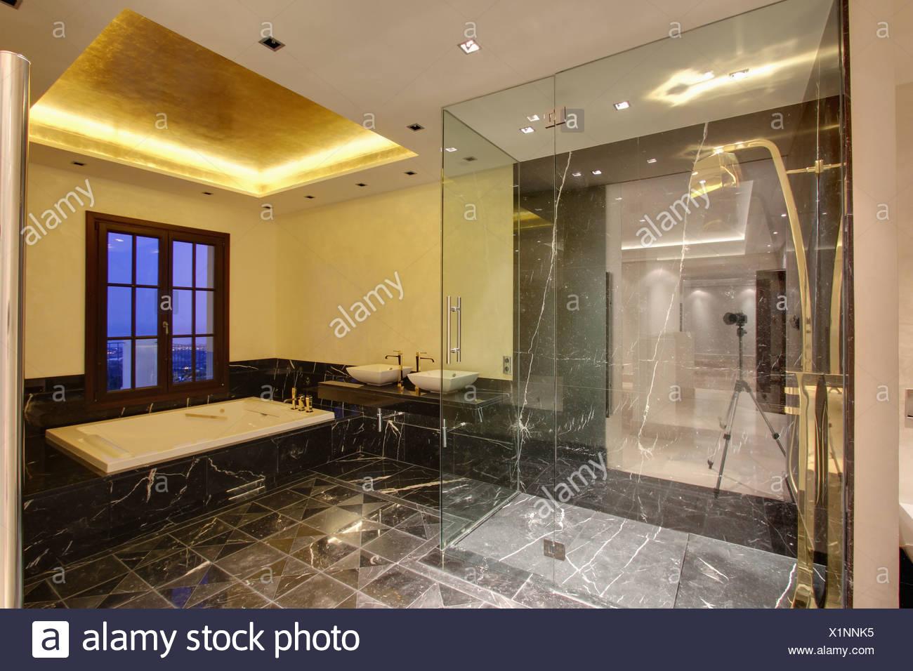 Glasscheibe auf begehbare Dusche im modernen spanischen Badezimmer ...