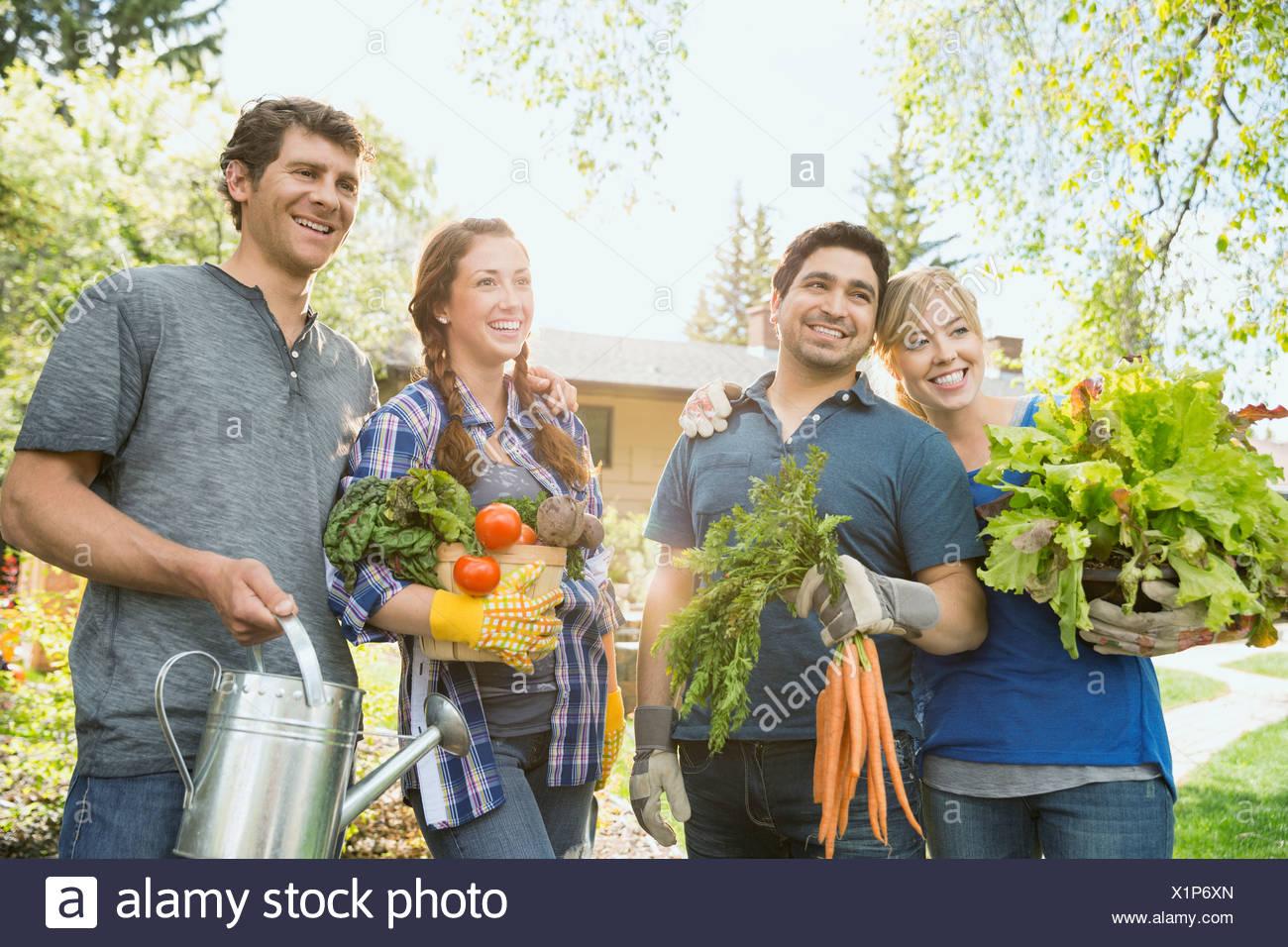 Paare mit erntefrischem Gemüse Stockbild