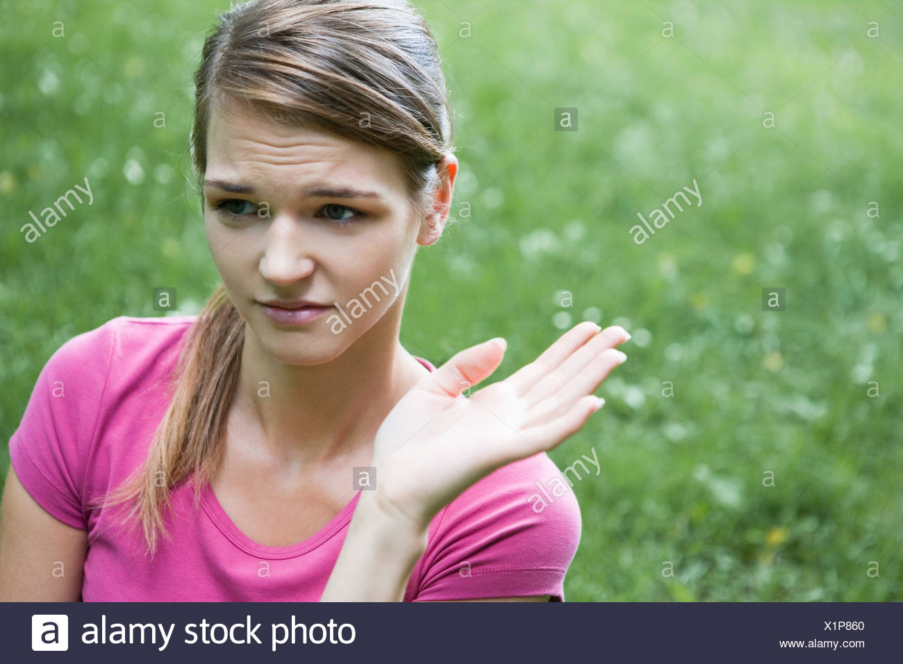 Frau riechen Stockbild