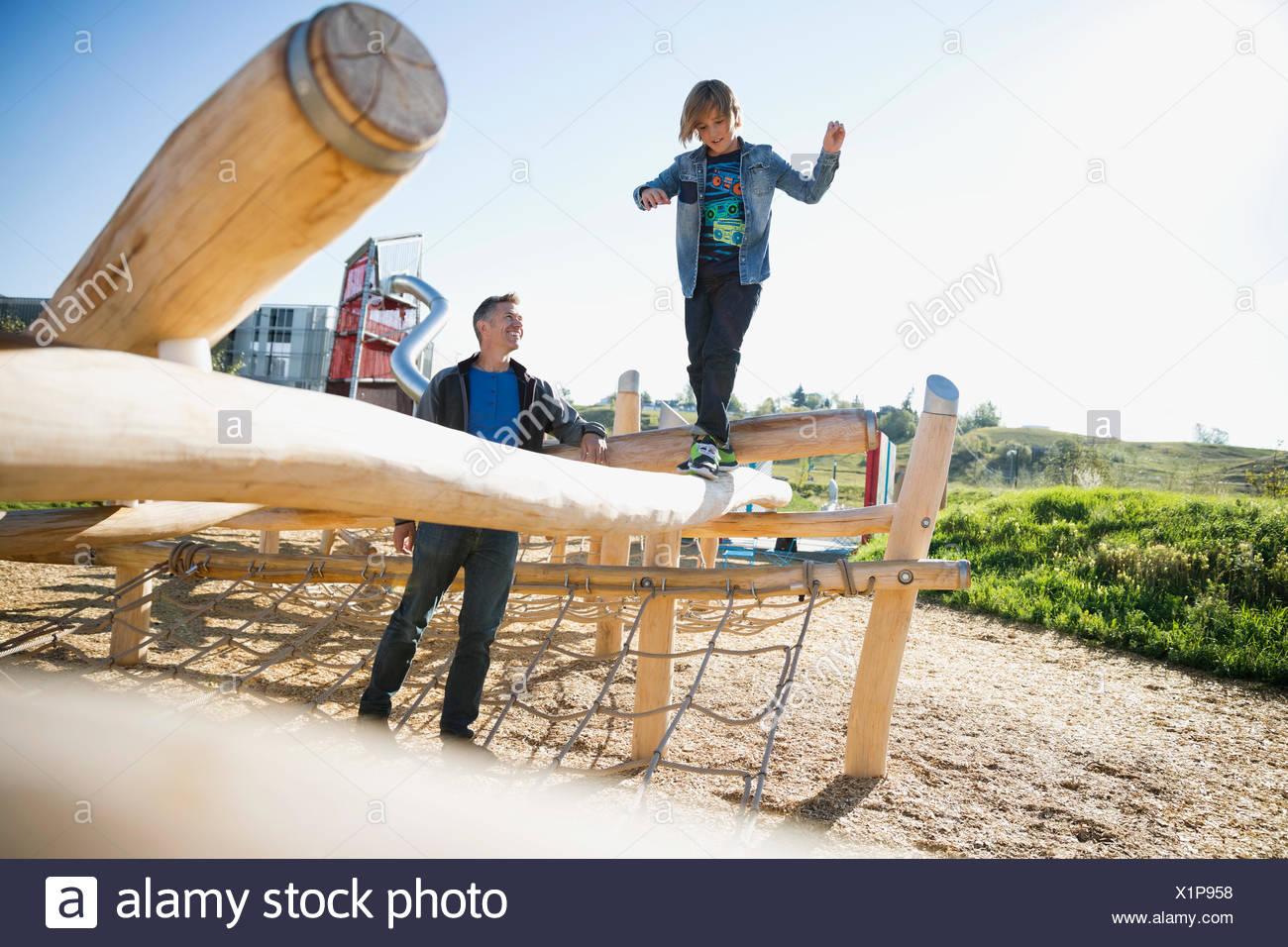 Vater beobachtete Sohn Ausgleich meldet sich sonnige Spielplatz Stockbild