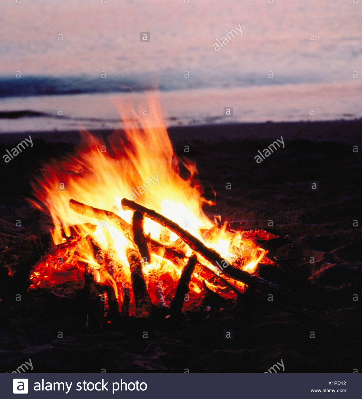 Feuer Kamin Flammen Lagerfeuer am Abend-Stimmung Stockbild