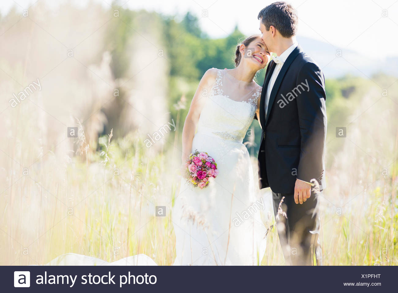 Ehrliches Porträt von Braut und Bräutigam im Feld Stockbild