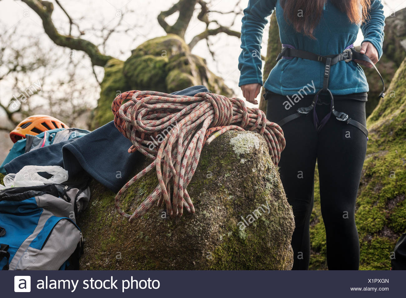 Klettergurt Für Frauen : Frau klettergurt anziehen stockfoto bild alamy