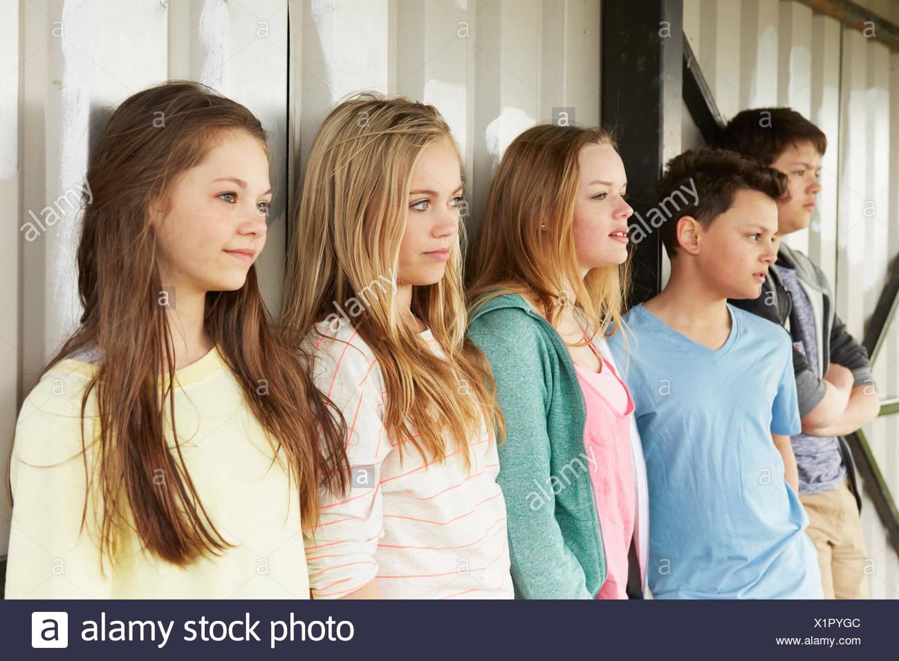 Reihe von fünf Mädchen und Jungen mit Blick vom Tierheim Stockbild
