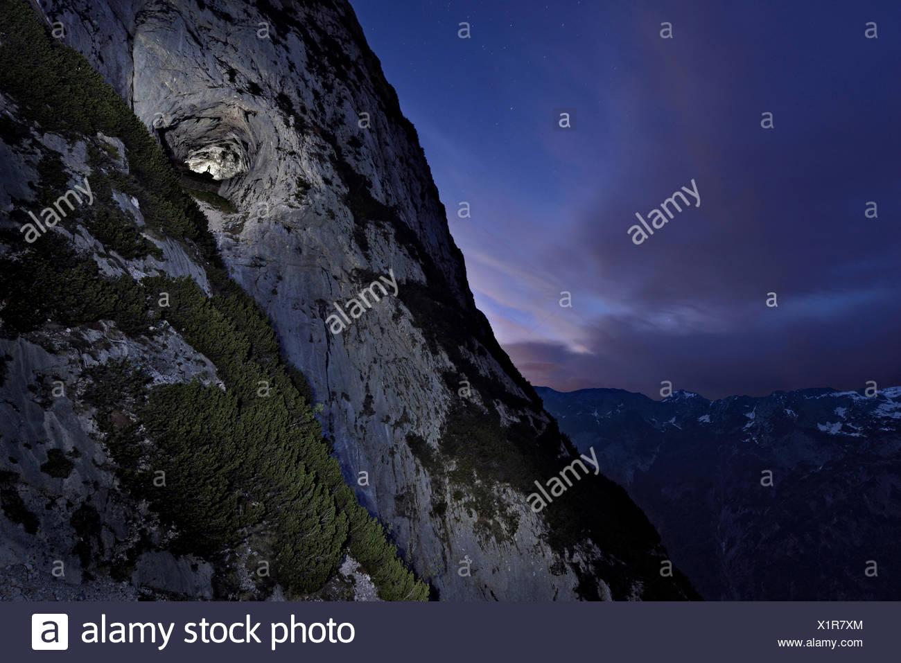 Der Eingang der Eisriesenwelt Eishoehle mit den österreichischen Alpen in der Ferne. Stockbild