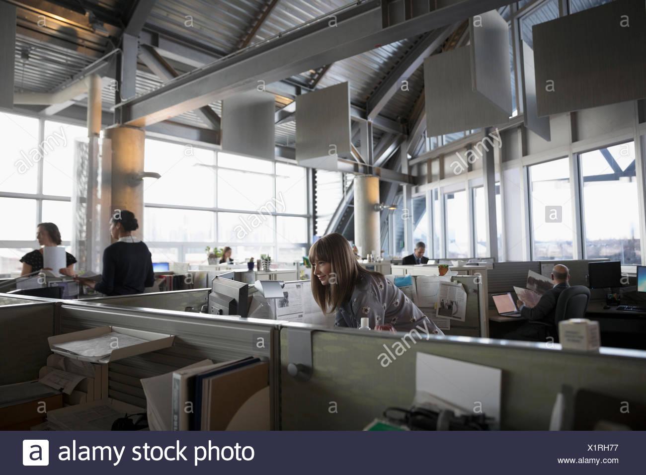 Geschäft Leute an Kabinen arbeiten im Großraumbüro Stockbild