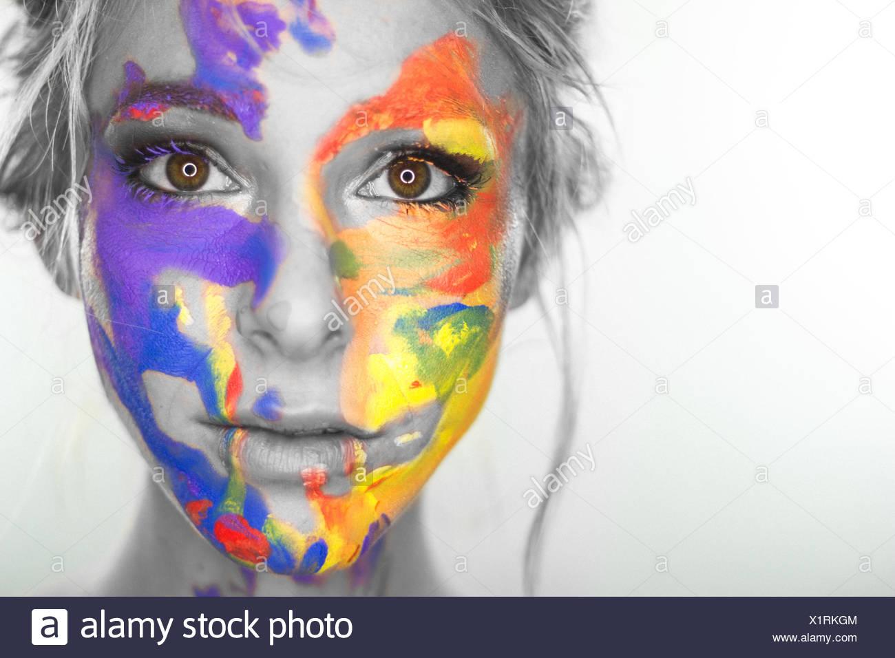 Studioaufnahme von Frauenkopf mit bemaltem Gesicht Stockbild