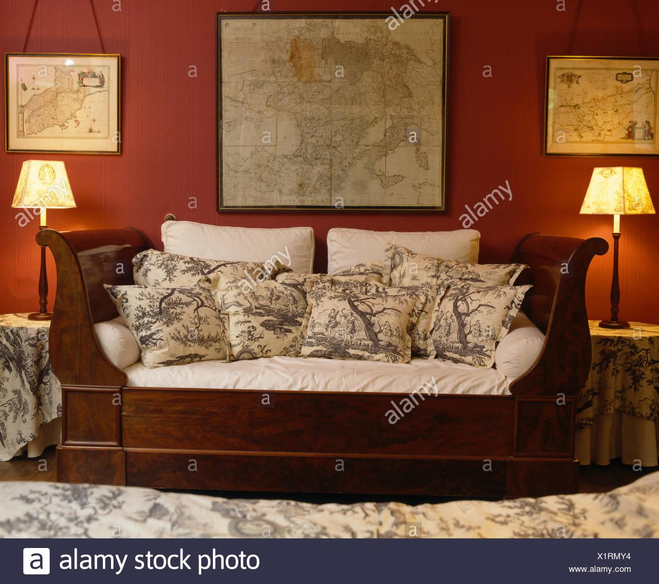 Karten an der Wand über antike Sofa mit Kissen in rot französischen ...