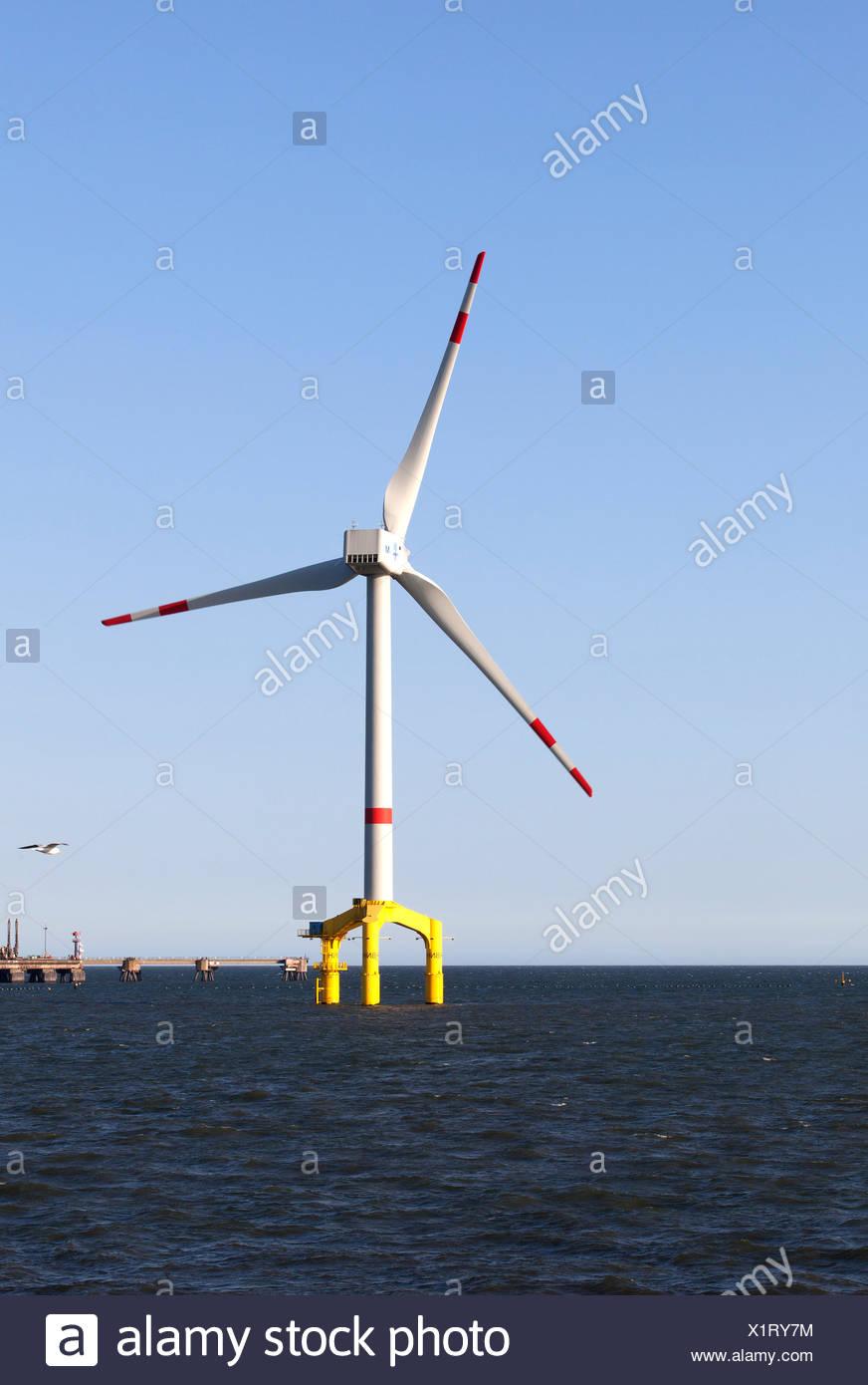 Offshore-Windkraftwerk in der Nordsee, in der Nähe von Wilhelmshaven, Niedersachsen, Deutschland Stockbild
