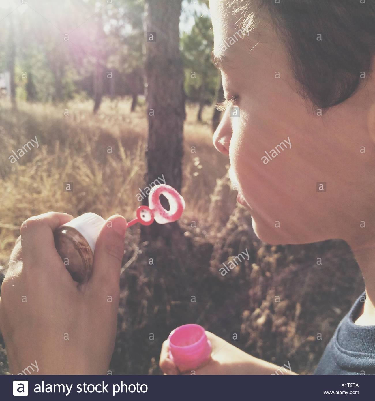 Kind, Seifenblasen Stockbild