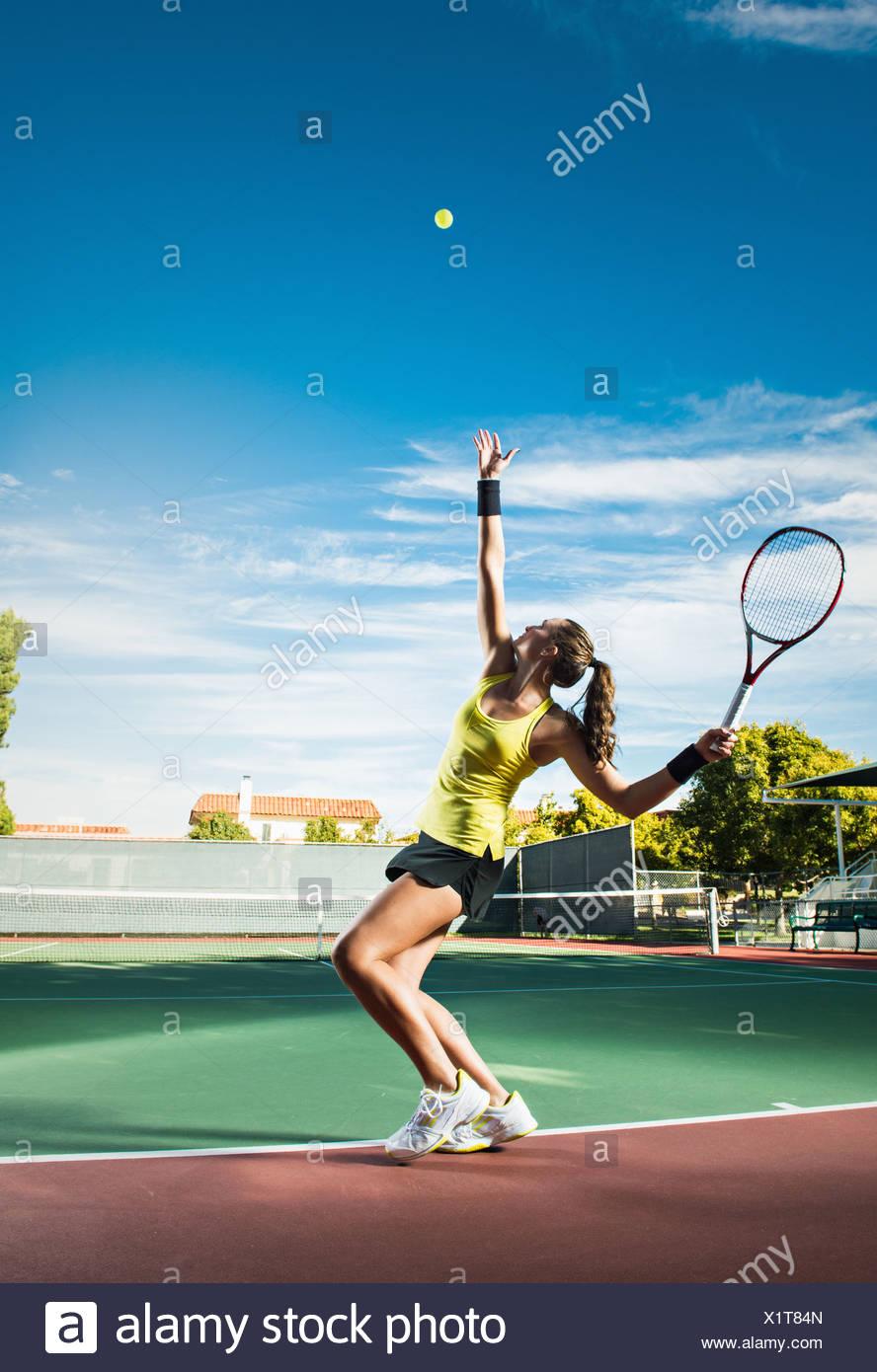 Weibliche Spieler schlagen Tennisball Stockfoto