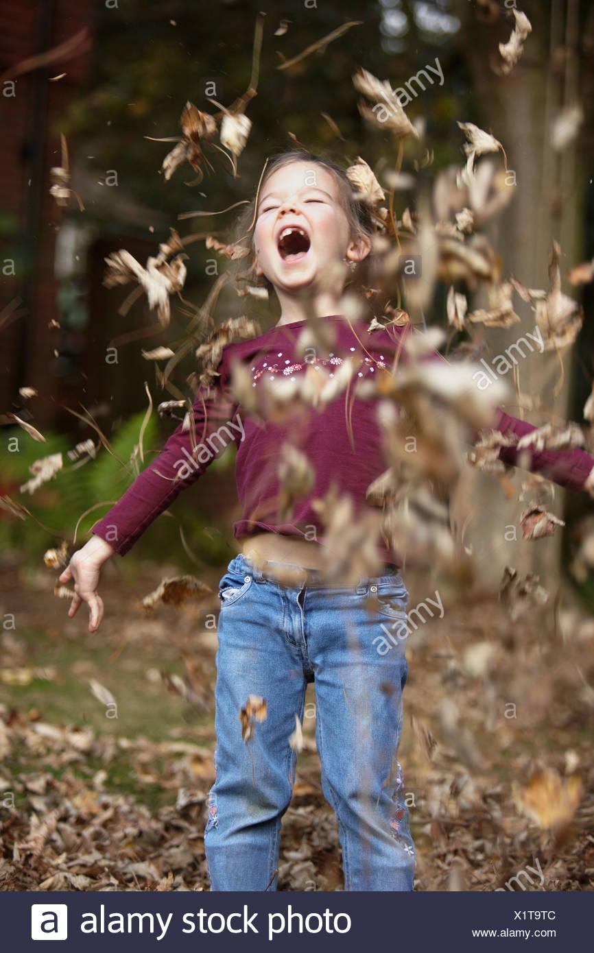 Mädchen werfen Herbst Blätter Stockbild