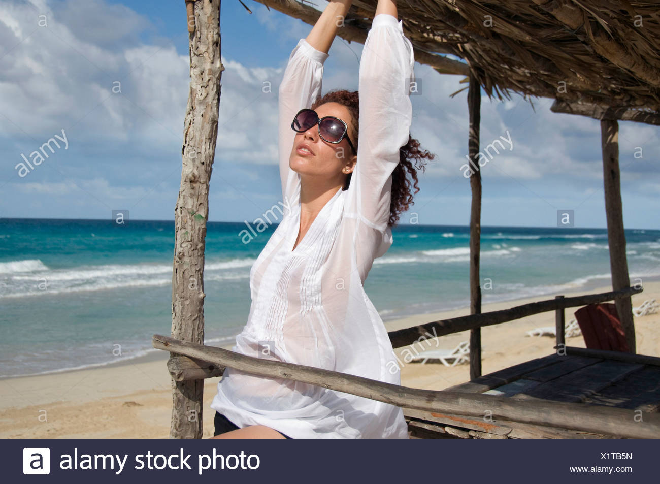 Junge Frau unter Sonnenschirm, Havanna, Kuba Stockbild