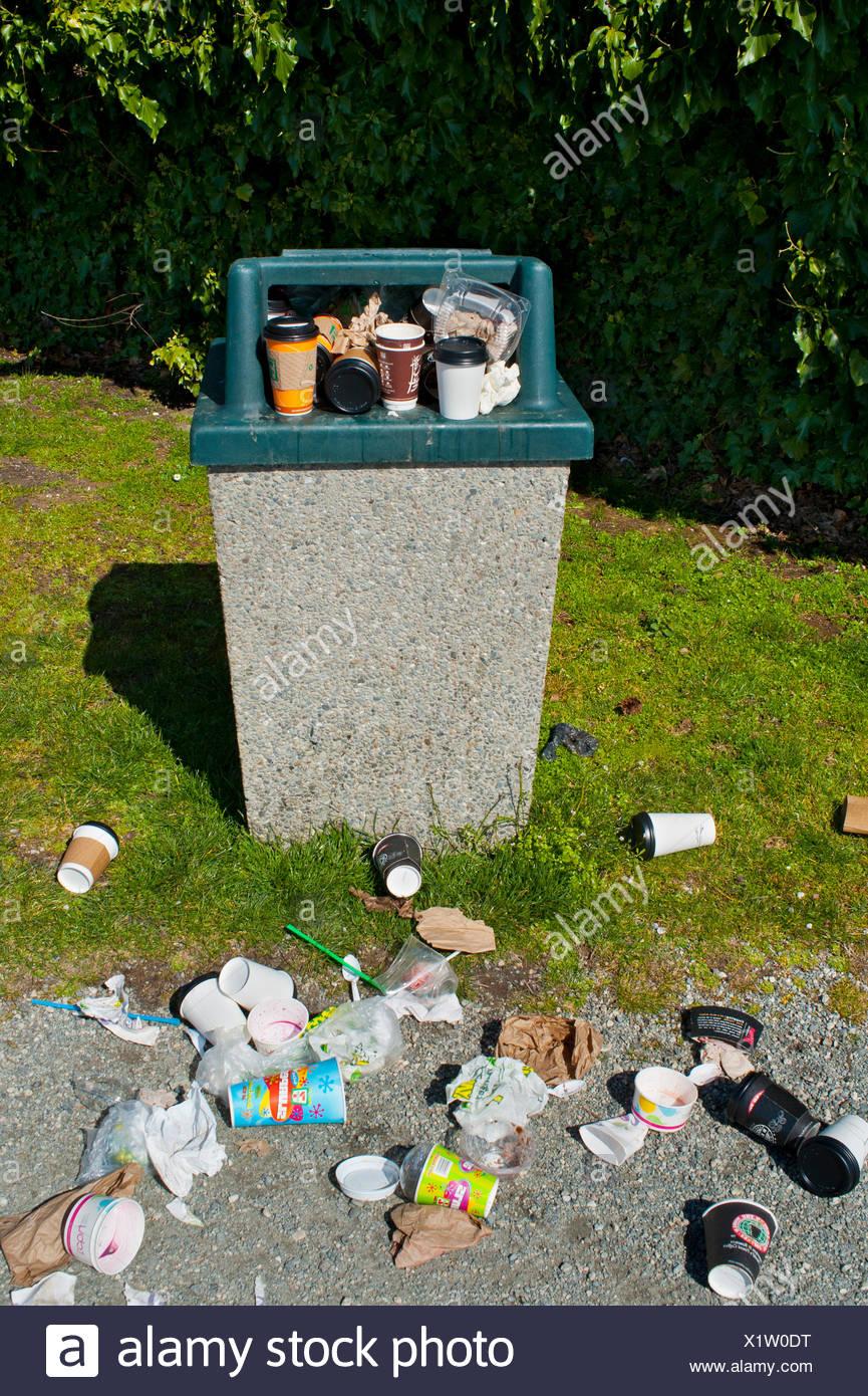 Überfüllte öffentliche Müllcontainer. Stockbild