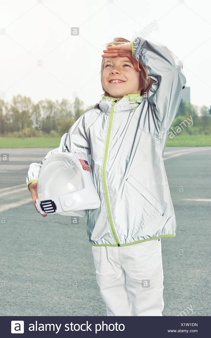 Junge verkleidet als Raumfahrer nachschlagen Stockbild