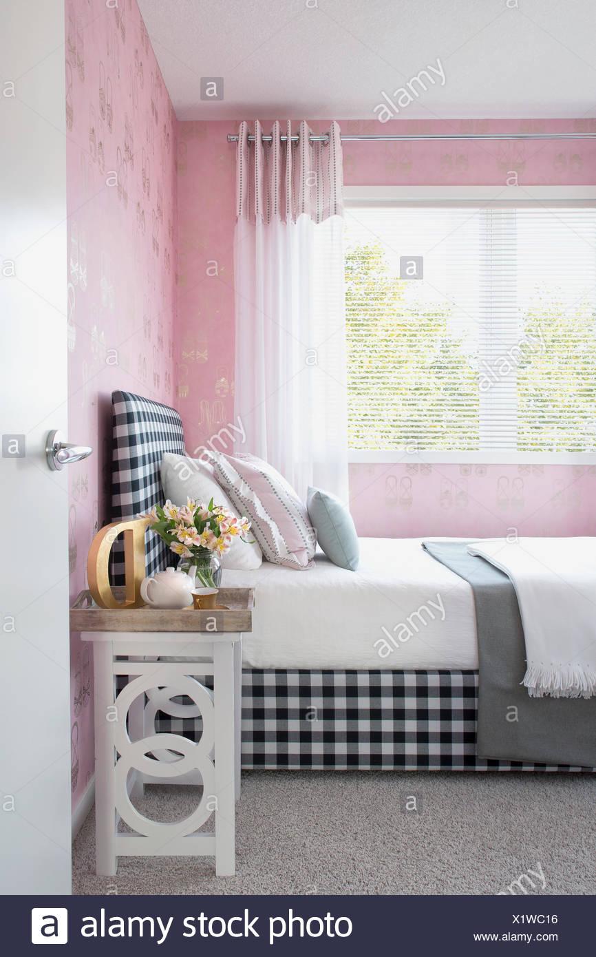 """Pastell Kissen auf dem Bett mit Kopfteil """"Gingham"""" Stockbild"""