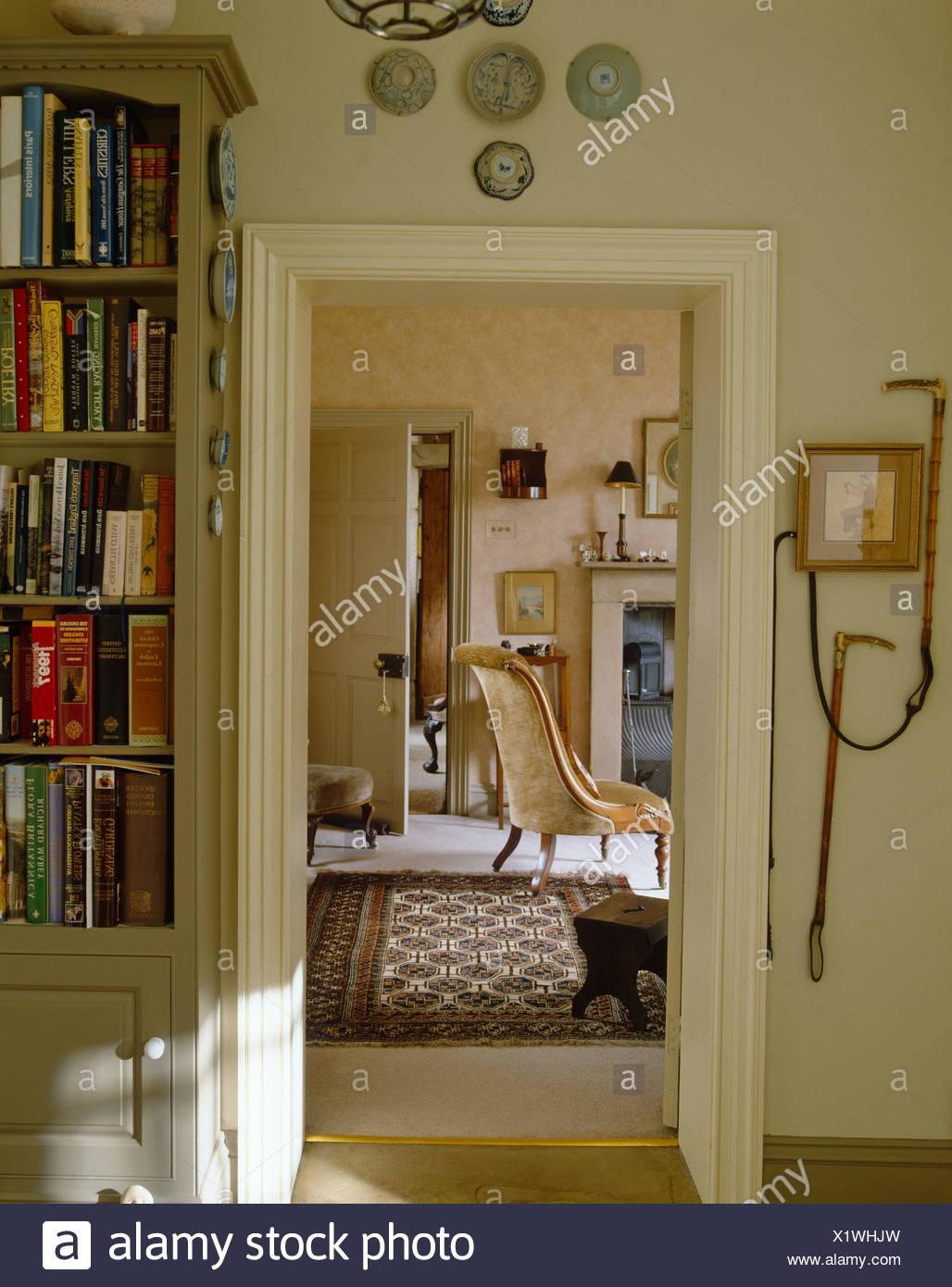Wohnzimmer Tür, blick durch die tür zum wohnzimmer mit orientteppich und, Design ideen