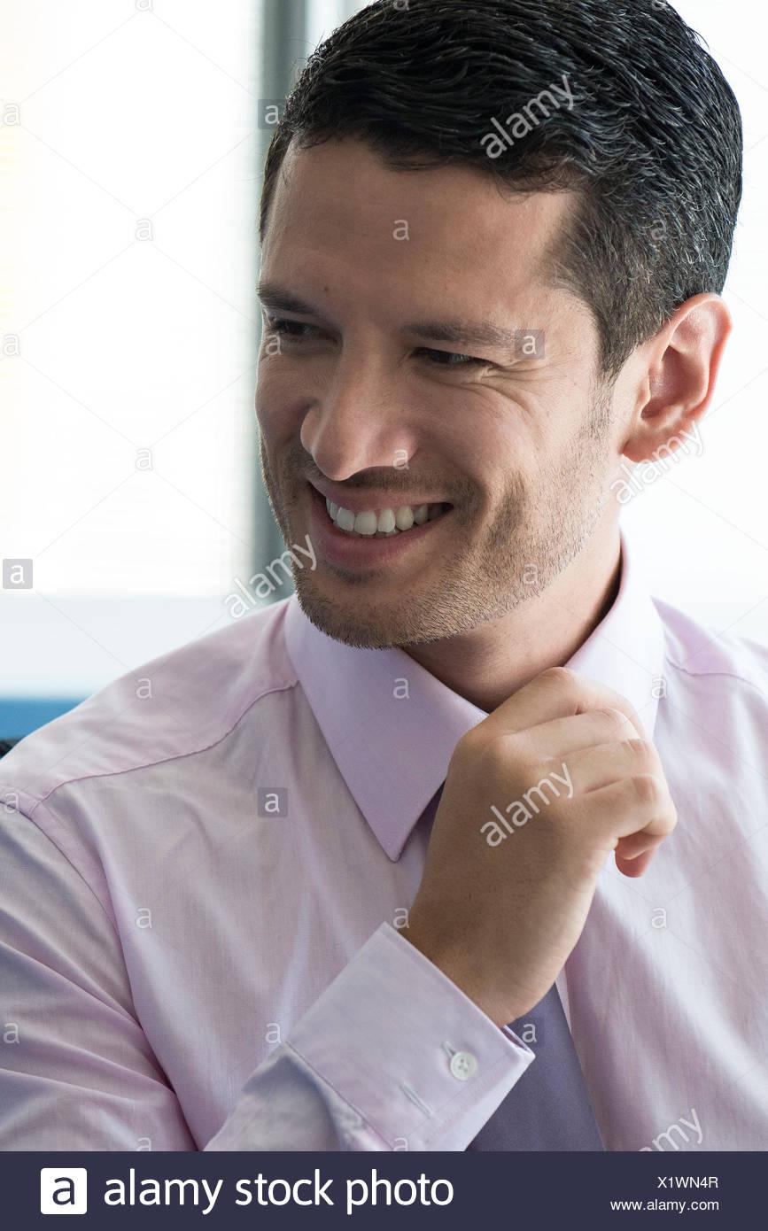 Geschäftsmann wegsehen zufrieden Stockbild