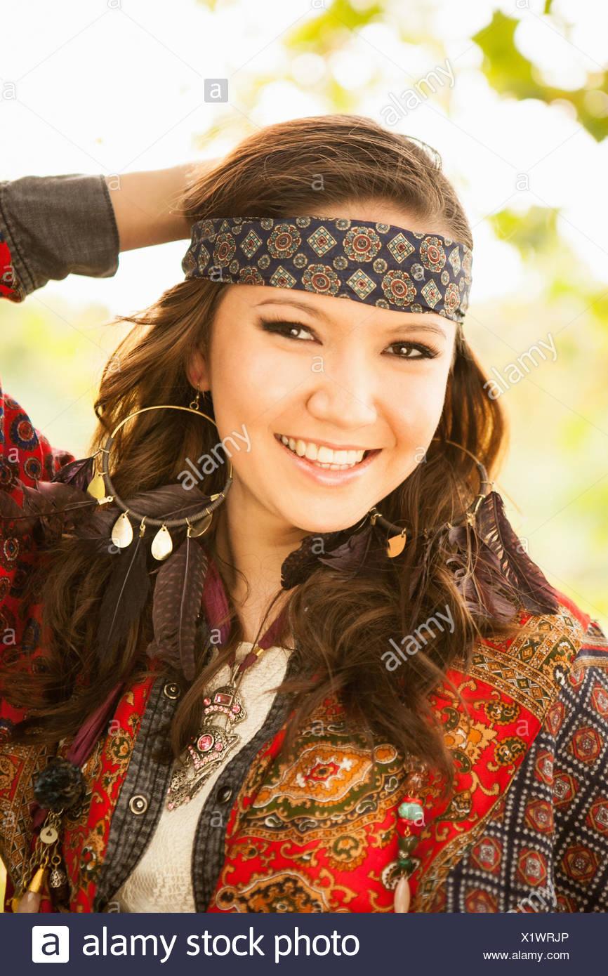 Junge Frau trägt Hippie Kleidung Stockbild