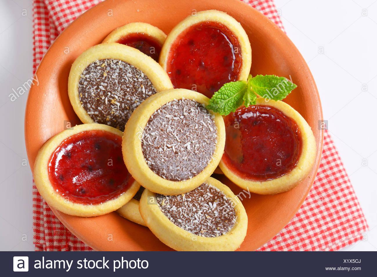 Mini Kuchen Mit Marmelade Und Schokolade Kokosnuss Fullen Stockfoto